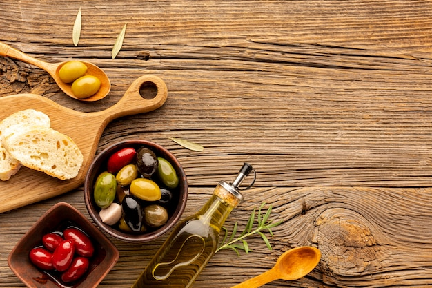 Mélange d'olives à plat avec huile et espace de copie
