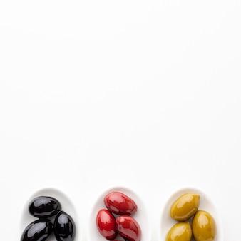 Mélange d'olives vertes rouges et noires avec espace de copie