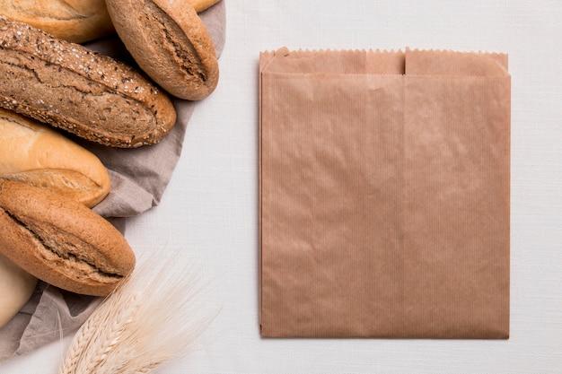 Mélange de pains vue de dessus avec emballage en papier