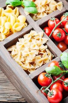 Mélange de pâtes italiennes, tomate et basilic