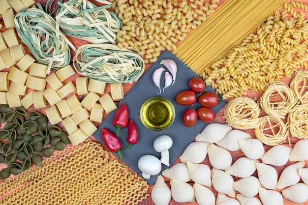 Mélange de pâtes et légumes séchés sur la vue de dessus de table.