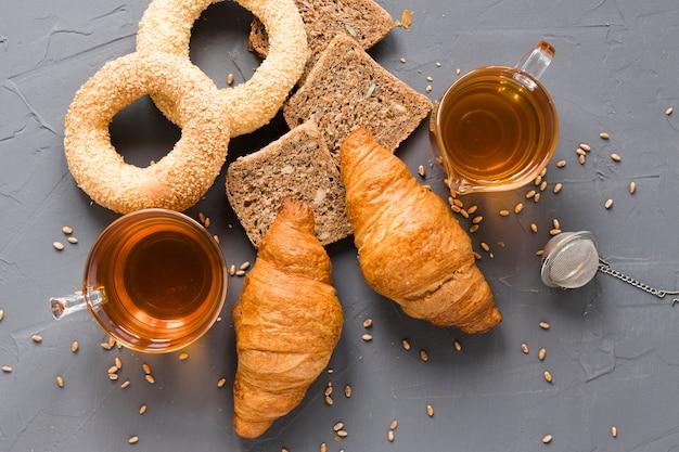 Mélange de pâtisseries et de thé