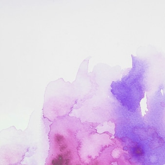 Mélange de peintures pourpre et bleu sur papier blanc