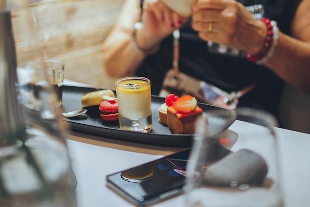 Mélange de petits goûts exquis de dessert sur la plaque noire