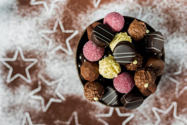 Mélange plat de bonbons dans un bol