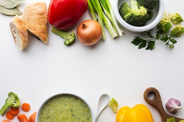 Mélange plat de légumes avec bisque de brocoli