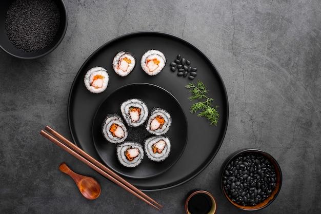 Mélange plat de makis sushis