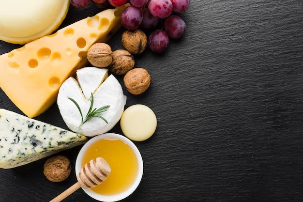 Mélange plat de noix de fromage et de miel avec espace de copie