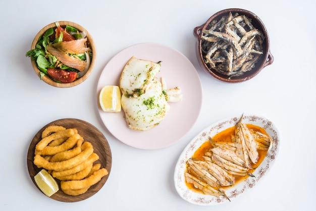 Mélange de poisson (seiche, sardines, frites, salade au saumon)