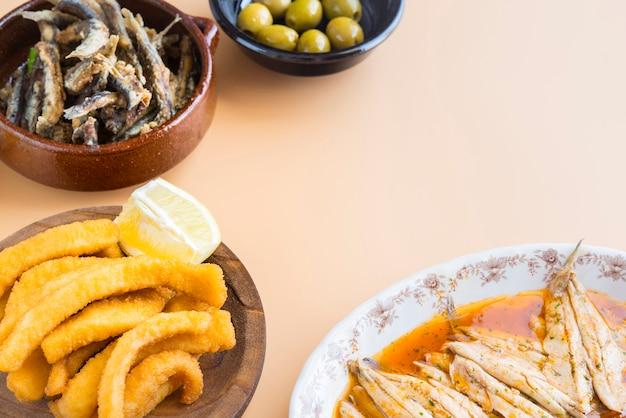 Mélange de poissons (seiche, sardines, frites, salade au saumon)