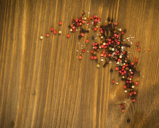Mélange de poivre sur fond de bois