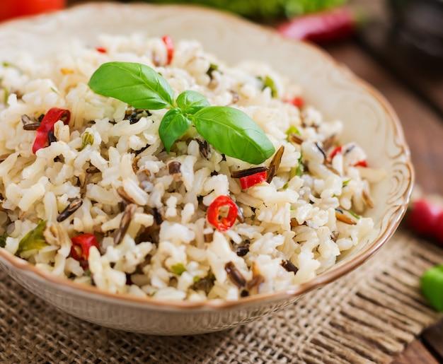 Mélange de riz bouilli avec du piment et du basilic. menu diététique.