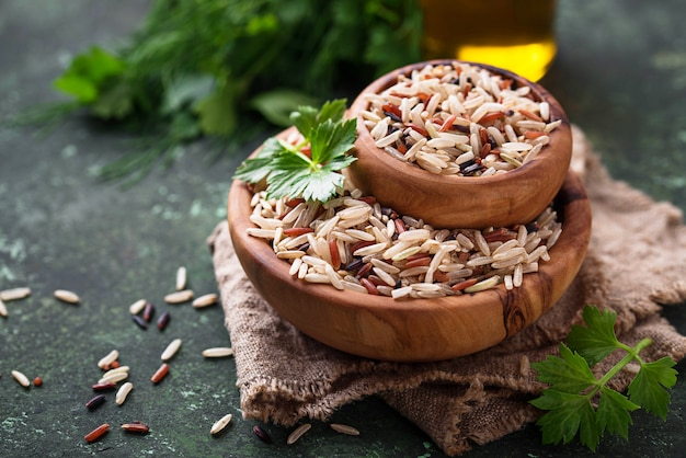 Mélange de riz brun, rouge et sauvage dans un bol