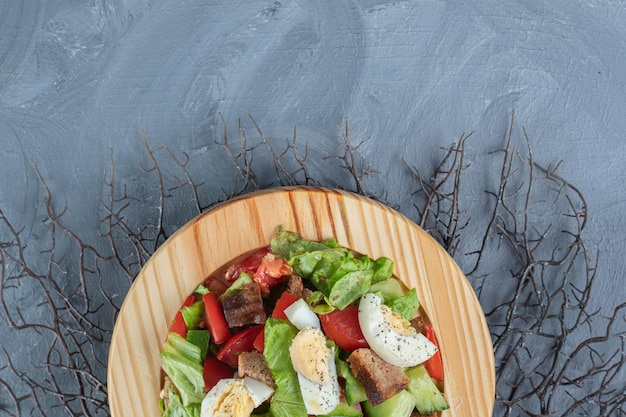 Mélange de salade de petit-déjeuner sur un tas de branches sur une table en marbre.