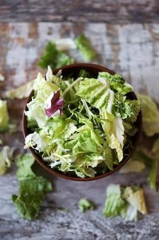 Mélange de salades dans un bol.