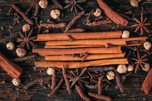Mélange sec, ingrédient alimentaire, assaisonné aux herbes asiatiques