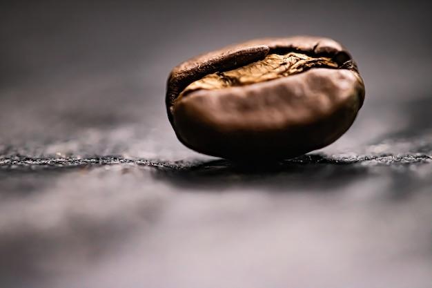 Mélange signature de grains de café torréfiés macro avec une saveur riche, meilleure boisson du matin et mélange de luxe