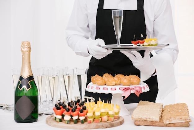 Mélange de snacks et de boissons sur la table