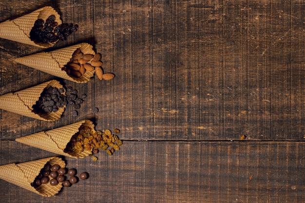Mélange de snacks sucrés dans des cônes