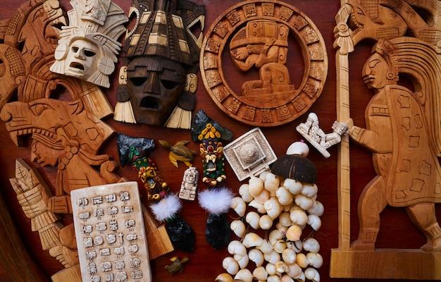 Mélange de souvenirs artisanaux mexicains mayas