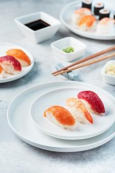Mélange de sushis japonais traditionnels