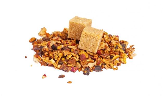 Mélange de thé aux fruits à base de plantes, de fleurs et de pétales, de fruits secs et de fruits. texsture