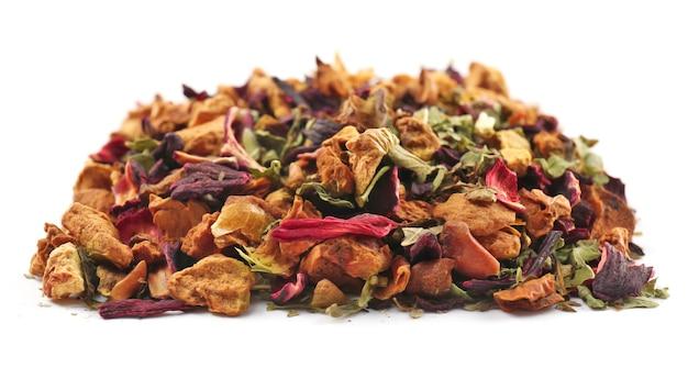 Mélange de thé sec, de fruits et de pétales de fleurs, isolé sur blanc