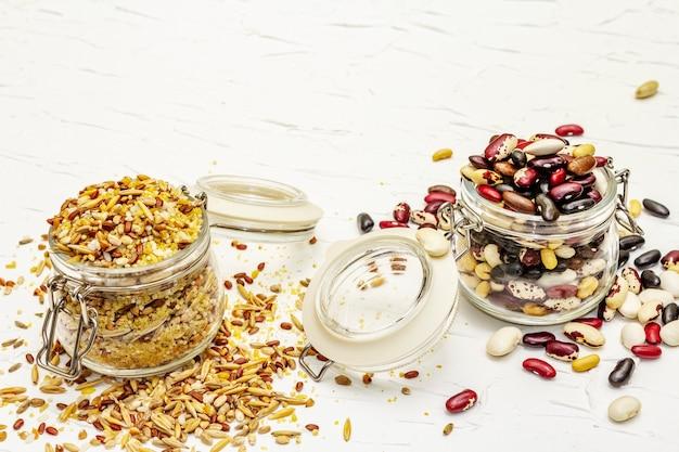 Mélange de variété de céréales et de haricots dans des bocaux en verre