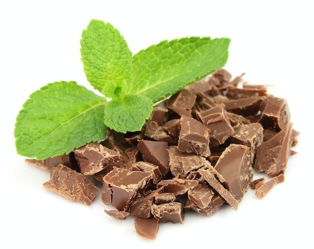 Mélanger le chocolat et la menthe close up on white