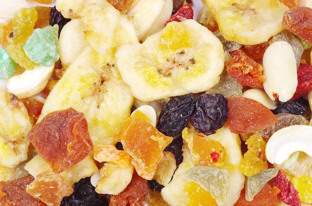 Mélanger la collection de fruits secs sur blanc