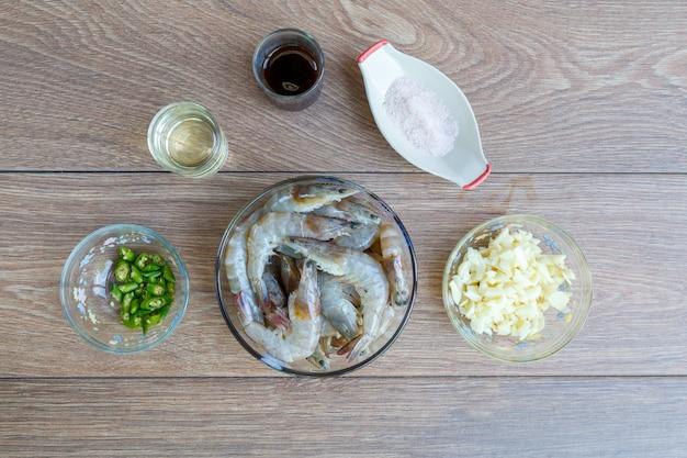 Mélanger les crevettes frites avec le piment et le sel.