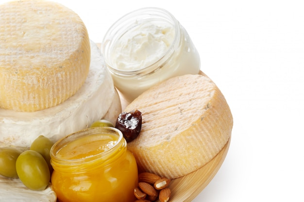 Mélanger du fromage isolé sur blanc