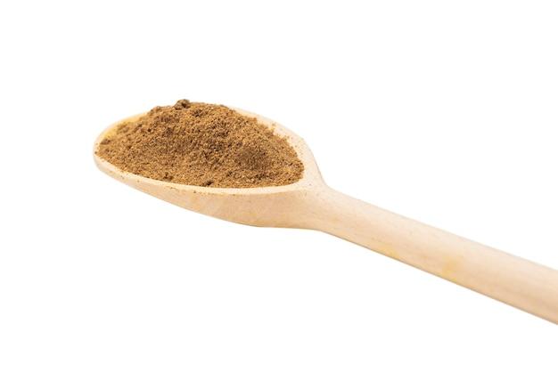 Mélanger les épices sur une cuillère en bois isolé sur blanc.