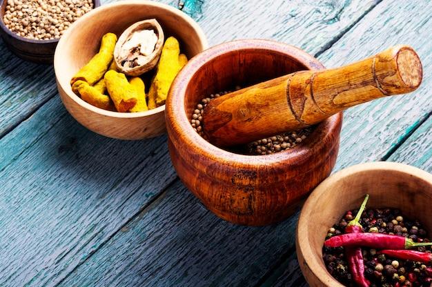 Mélanger les épices indiennes