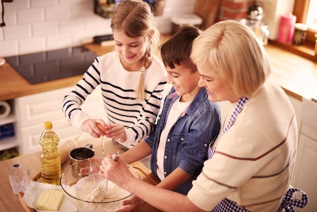 Mélanger la farine avec le lait et le beurre dans un bol