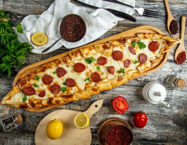 Mélanger le fromage pide et la vue de dessus de la saucisse