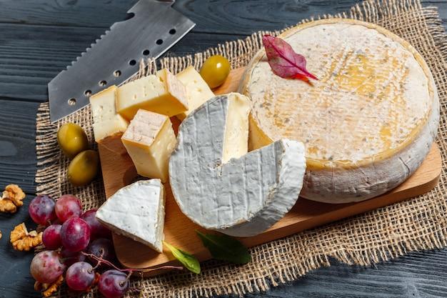 Mélanger le fromage sur la table