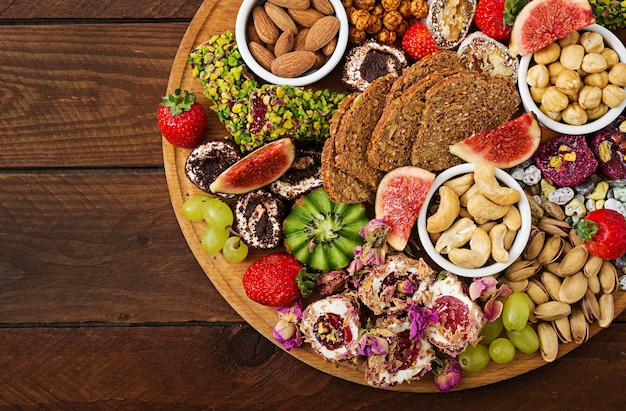 Mélanger les fruits et les noix, une alimentation saine, des bonbons turcs, manger maigre.