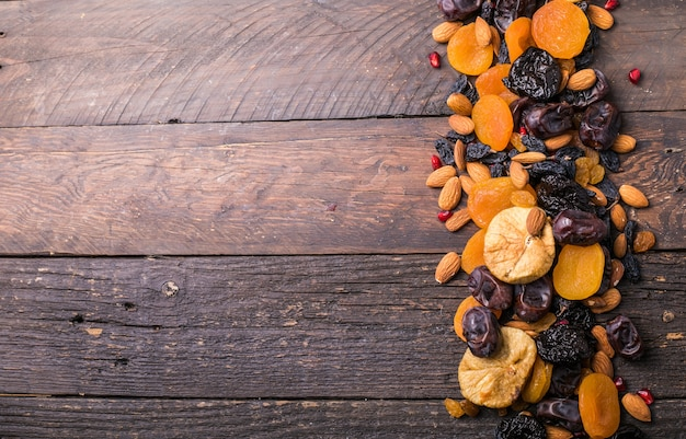 Mélanger les fruits secs et les noix dans un bol en bois