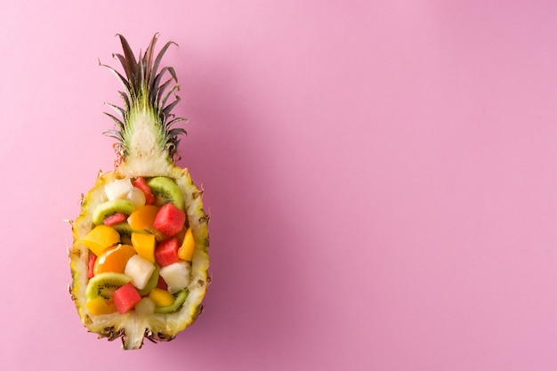 Mélanger les fruits servis à l'intérieur de l'ananas
