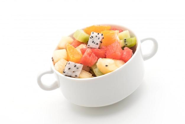 Mélanger les fruits en tranches orange, fruit du dragon, melon d'eau, ananas, kiwi