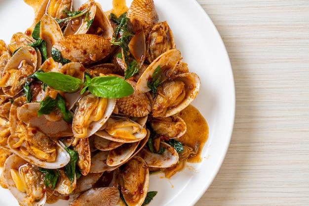 Mélanger les palourdes frites avec la pâte de piment rôti. style de cuisine asiatique