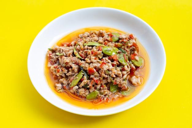 Mélanger le poulet frit avec les haricots puants et la pâte de crevettes. nourriture thaï