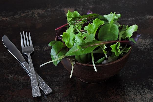 Mélanger les salades pour bébés dans un bol. concept d'aliments sains ou diététiques. superfoods eco food. nourriture de fitness.