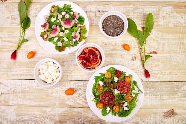 Mélanger les salades. végétalien, végétarien, manger sainement, suivre un régime, concept alimentaire.