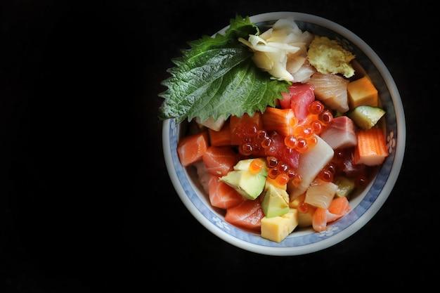 Mélanger les sushi donburi dans un bol