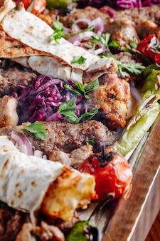 Mélanges d'aliments grillés avec de la viande et des légumes.
