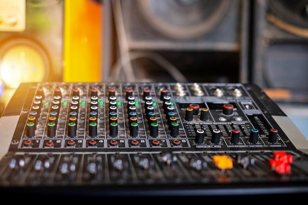 Mélangeur audio analogique à la salle de contrôle du son sur fond flou