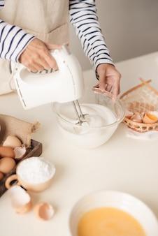 Mélangeur de cuisine le fouet à pâtisserie à la crème fouettée tourne rapidement