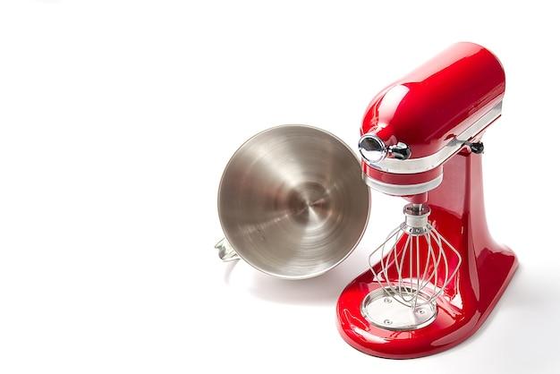 Mélangeur de cuisine rouge avec bol sur blanc